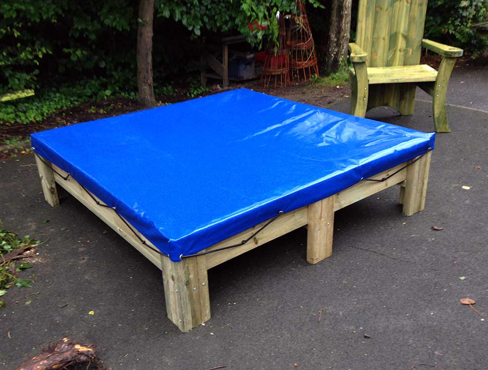 1700x1700 sandpit with legs and cover